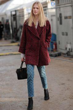 Und noch einmal: Die Stella McCartney Jeans mit den aufgestickten, kleinen Kreuzen, hier in Kombination mit einem rot melierten Mantel!