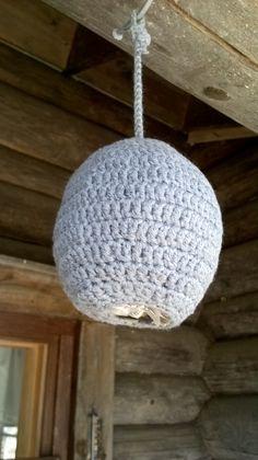 Vale-ampiaispesä mökillä Crocheting, Ceiling Lights, Pendant, Diy, Ideas, Home Decor, Crochet, Decoration Home, Bricolage