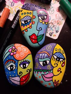 Rainbow Rocks, Painted Rocks Craft, Rock Painting Patterns, Kindness Rocks, Abstract Faces, Rock Crafts, Pebble Art, Stone Art, Stone Painting