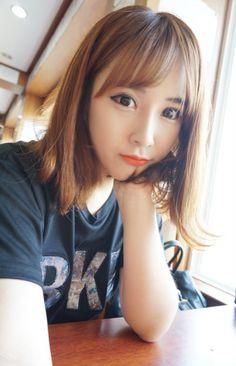 puppy eyes and orange lips Korean Beauty, Asian Beauty, See Through Bangs, Medium Hair Styles, Short Hair Styles, Orange Lips, Uzzlang Girl, Pastel Hair, Pretty Hairstyles