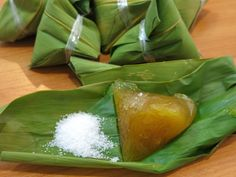 Kee Chang (Alkaline dumpling wrapped in bamboo leaves) with white sugar as a dipping can be eaten as a breakfast or a snack or a dessert. Rice Dumplings Recipe, Making Dumplings, How To Make Dumplings, Chinese Dumplings, Chicken And Dumplings, Filipino Recipes, Thai Recipes, Asian Recipes, Cooking Recipes