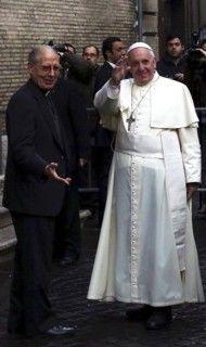 Papa Francisco com o Superior Geral da Companhia de Jesus, Adolfo Nicolás. Pope Francis with the Superior General of the Society of Jesus, Adolfo Nicolás.