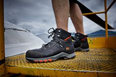 Ces chaussures de sécurité montantes Timberland Pro sont conçues en cuir de qualité. Résistantes, ce modèle Hypercharge pour homme offre un très bon confort : doublure respirante, semelle anti-fatigue... Ce sont des chaussures de sécurité imperméables, conçues pour les travaux extérieurs sur sols difficiles (bonne stabilité et adhérence). Idéales pour le BTP, elles sont normées S3 HRO WR SRC. Timberland Pro, Basket Timberland, Jordans Sneakers, Air Jordans, Anti Fatigue, Shoes, Raincoat, Teal, Zapatos