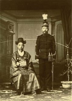 Seoul, Korea, 1902-1903 Photographer (Carlo Rossetti, 魯士德, 1876-1948) Original publication: Corea e Coreani, Italy A high raking minister and an army general pose for a photo