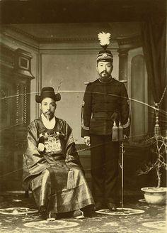 Seoul, Korea, 1902-1903 Photographer (Carlo Rossetti, 魯士德, 1876-1948) Original publication: Corea e Coreani, Italy A high raking minister and an army general pose for a photo