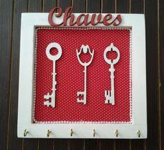 Porta chaves com fundo em tecido e perolas e recortes de chaves no meio com espaço para 6 chaves.