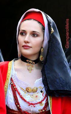 Agrita, but make lavenders instead of reds. Most Beautiful Eyes, Beautiful Hijab, Beautiful People, Cute Girl Pic, Cute Girls, Beau Hijab, Ukraine Women, Costumes Around The World, Muslim Beauty