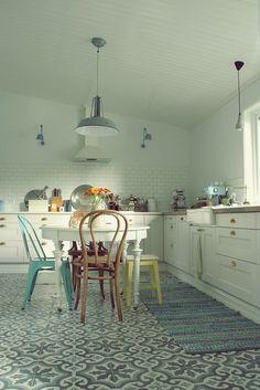 Baldosas hidráulicas o mosaico para la cocina Kitchen Interior, New Kitchen, Kitchen Decor, Kitchen Chairs, Kitchen Cabinets, Cuisines Design, Modern Kitchen Design, Kitchen Designs, My New Room