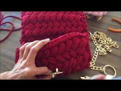 Bolsa Clutch De Crochê Com Fio de Malha - Tutorial de Crochê - Modelo Clutch - T Shirt Yarn Bag Crochet Backpack, Crochet Clutch, Crochet Handbags, Crochet Purses, Crotchet Bags, Knitted Bags, Diy Handbag, Diy Purse, Crochet Shell Stitch