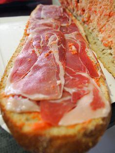 Pan de pueblo con tomate, ajo y jamón. Delicioso!!!