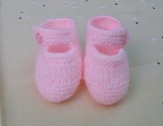 "ZAPATITOS DE BEBÉ DE PRIMERA POSTURA DE LANA ROSA Material Lana de bebé color rosa ""Ofil"" Agujas de punto del nº 2,5 Aguja de cr..."