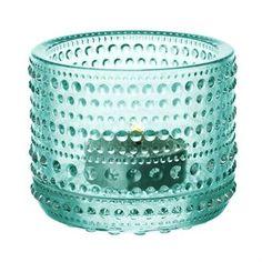 Den omtyckta Kastehelmi ljuslyktan kommer från finska Iittala och designades av Oiva Toikka 1964. Ljuslyktan är tillverkad i fint glas och har ett vackert mönster som är inspirerat av daggdroppar. Placera en eller flera lyktor på bordet och mixa gärna flera olika färger för en fin effekt! Färg: vattengrön