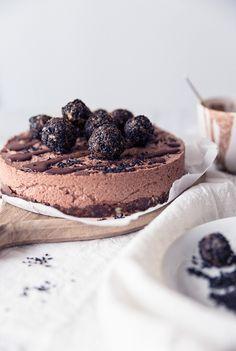 Raakakakkujen aatelia: Taivaallisen moussemainen, rouskuvine tryffeleine höystetty Lakritsi-suklaamoussekakku.