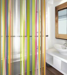 Puedes dar a tu baño un aire diferente con esta preciosa cortina de baño STRIPES.