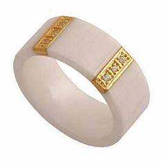 Nowoczesny pierścionek w formie obrączki z białej ceramiki w połączeniu ze złotem i cyrkoniam
