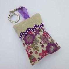 Porte-clé/bijou de sac en coton écru, rose et violet