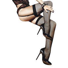 Ciorapi fabricati din panza neagra. Designul cu meseinchise confera purtatorului un aspect extraordinar.