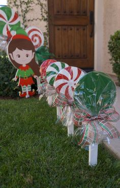 Magical DIY Christmas Yard Decorating Ideas - Before you get too contented, hold a little as there is one last thing you can do to complete your outdoor Christmas decoration: a Christmas tree! Christmas Wood, Christmas Projects, Christmas Themes, Christmas Holidays, Christmas Ornaments, White Christmas, Christmas Decorations For Outside, Country Christmas, Christmas 2019