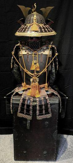 Tetsu daienzan 18 ken o-boshi uchidashi murasaki ito odoshi Yoroi. Do and Suneate signed by the Myochin armour maker Myochin Munesuke, Edo period.