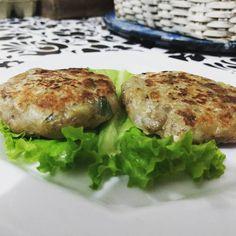 Fofão é um hambúrguer de berinjela baseado em ingredientes bem acessíveis. Ingredientes Berinjela cozida, farinha (use o tipo de sua preferência), aveia em flocos, cebolinha, salsinha, cebola, pime…