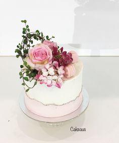 Vaaleanpunainen, valkoinen, luonnonkukat Fan, Cakes, Desserts, Sweets, Tailgate Desserts, Deserts, Cake Makers, Kuchen, Cake