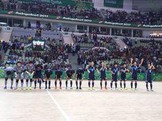 JAPÓN 🇯🇵 ️  La selección de Japón de fútbol sala, que dirige el español Bruno García, se clasificó ayer para los cuartos de final de los Juegos Olímpicos de Asia Ashgabat 2017 (Turkmenistán). Los jóvenes jugadores del técnico español se medirán a Jordán el próximo sábado tras pasar como primeros de grupo con dos victorias en sus dos compromisos de la fase de grupo. En el primer choque disputado el pasado lunes, Japón se impuso 5-2 al Líbano en una gran victoria. #ProneoSports