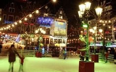 Activiteiten op het plein, zoals het Leidseplein met een schaatsbaan elke winter of de kerstmarkt.