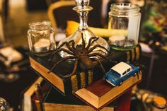 We love these DIY Harry Potter themed centerpieces for a wedding decoration! Click through for more Harry Potter wedding ideas. Harry Potter Tumblr, Décoration Harry Potter, Harry Potter Thema, Harry Potter Wedding, Harry Potter Birthday, Harry Wedding, Hogwarts, Slytherin, Wedding Tips