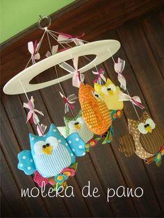Móbile de berço com 6 lindas corujinhas.  Esta peça foi feita bem colorida para estimular os bebês. Você pode personalizar com as cores que desejar.  ....