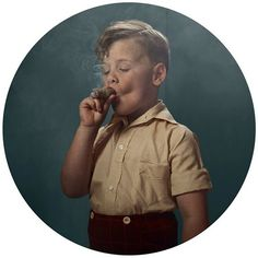 Niño con puro
