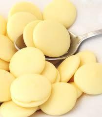 Beurre de Cacao en pastilles 100 % Naturel Brut du Ghana sous forme de pastilles. Plus facile pour doser. Le Cacao est un produit naturel avec une odeur agréable de chocolat. il est nourrissant et hydratant, un véritable allié pour la peau et pour les préparations cosmétiques. Ghana, Le Cacao, Milk And Honey, Snack Recipes, Chips, Yellow, Cocoa Butter, Chocolates, Moisturizer