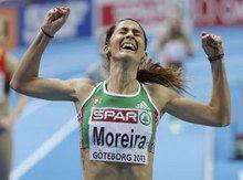 Sara Moreira conquista medalha de ouro na Suécia.  Sara Moreira é campeã europeia dos 3000 metros em pista coberta.  A atleta portuguesa conquistou hoje a medalha de ouro na competição que decorre em Gotemburgo, na Suécia, ao cortar a meta isolada com o tempo de 8.58.50 minutos.  A alemã Corrina Harrer (9:00.50) e a irlandesa Fionnuala Britton completaram o pódio (9:00.54).