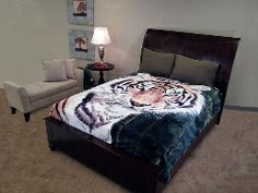 The majestic grace of an oversized print tiger adorns our cuddly-soft king size throw.