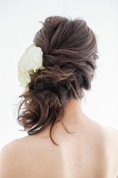 空気を含んだように編み込むことでヘアに立体感ができ、華やかな印象に。 ■お問い合わせ先 ハツコエンドウ ウェディングス銀座店 tel.03-35...