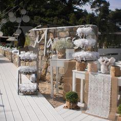Διακόσμηση γάμου, δίπλα στη θάλασσα με την απλότητα του λευκού να εντυπωσιάζει! White Elegance, Table Decorations, Elegant, Furniture, Home Decor, Classy, Chic, Decoration Home, Room Decor
