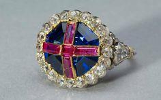 O anel da coroação da rainha Vitória. Diz-se que o Arcebispo da Cantuária, bastante nervoso por causa da cerimônia, se enganou e colocou a joia no dedo errado da monarca. O anel a incomodou tanto, que fora preciso quase 1 hora para tirá-lo de sua mão.