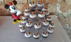 Cupcakes personalizado Mickey Palma de Mallorca Chocolate, Cupcakes, Desserts, Food, Birthday Cake, Candy Stations, Palmas, Majorca, Postres