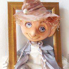 Если вы хотите попробовать сшить вместе со мной необычного, очень интересного сказочного персонажа — маленького, хитрющего Эльфа, или очень доброго Фея — озорного мальчишку, или уже похожего на пень старенького, но с озорным молодым блеском в глазах гнома, то я с удовольствием вас научу.