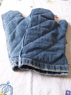 This is a great idea for outside grill potholders. Use the old legs of blue jeans and line with some simple scrap quilting material.