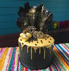 Gold on black......metallic love⚫️ Dark choc mud cake filled with vanilla Oreo buttercream and coated in black tinted chocolate swiss buttercream. Finished with gold drip, and black chocolate fan. Love