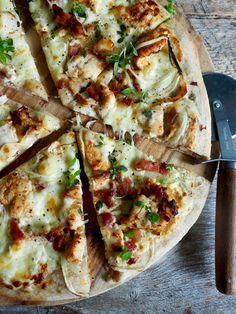 Pizza med kylling og bacon Good Food, Yummy Food, Bacon, Secret Recipe, Vegetable Pizza, Tapas, Nom Nom, Food And Drink, Healthy Recipes