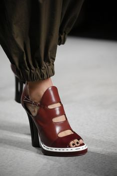 Love these shoes! (Not the pants!) Fendi Spring 2016 Ready-to-Wear Fashion Show Details Hot Shoes, Crazy Shoes, Me Too Shoes, Shoes Heels, Ankle Shoes, Heeled Sandals, Fendi, Pretty Shoes, Beautiful Shoes