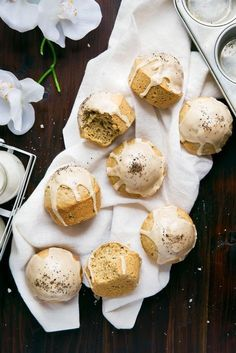 Move over, lattes. Spiced dirty chai muffins topped with an espresso glaze coming through! These muffins are freezer-friendly and great for snacking. Muffin Recipes, Brunch Recipes, Breakfast Recipes, Breakfast Muffins, Broma Bakery, Cupcakes, Macarons, Easter Brunch, Croissants