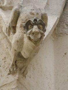 https://upload.wikimedia.org/wikipedia/commons/b/b5/Statue_du_Palais_de_justice_de_Rouen_..._sourire.JPG