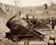 American Civil War: seacoast mortars of Federal Battery No. 4 with officers of Connecticut Heavy Artillery, near Yorktown, Virginia in May of Confederate States Of America, America Civil War, Us History, American History, American War, Siege Of Yorktown, Carolina Do Sul, War Image, War Photography