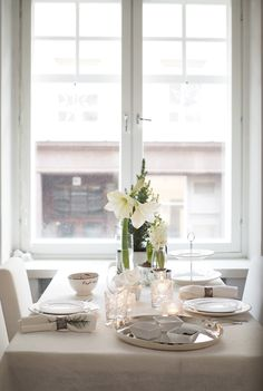 Clean and simply festive Hygge, Christmas In The City, Christmas Carol, Kitchen World, Beautiful Table Settings, Dining Table Chairs, Glass House, Interior Inspiration, Sweet Home