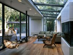 haus wohnraum wintergarten verglaung holzboden hängekorbsessel When trying to choose the right plant Small Living Rooms, Living Room Modern, Interior Design Living Room, Living Room Designs, Extension Veranda, Glass Roof, Design Your Home, Modern Home Design, Winter Garden