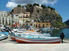 La piazza di Marina Corta. In fondo è possibile notare la rocca del Castello di Lipari.  Lipari è un'isola dell'Italia appartenente all'arcipelago delle isole Eolie, in Sicilia.
