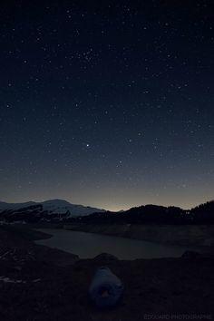 #Ciel étoilé au-dessus du #Lac de #Roselend (#Beaufortain) - #Nuit à la belle #étoile avec le sac de couchage PHANTOM TORCH 3° de Mountain Hardwear #CielEtoile #Étoiles #NuitalaBelleEtoile #Savoie #Alpes