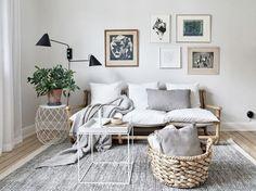 Szary dywan z krótkim włosiem w aranżacji salonu